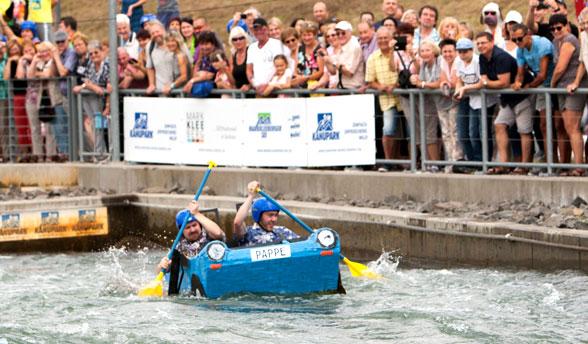 """11. Pappbootrennen: Team """"Bed Boys"""" gewinnt vor knapp 8.500 Zuschauern"""